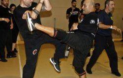 Una gran ventaja del entrenamiento de krav maga es aprender a lidiar con las amenazas y ataques callejeros comunes. El luchador más duro de MMA no está entrenando para lidiar con amenazas de armas o contra un cuchillo o un bate de béisbol