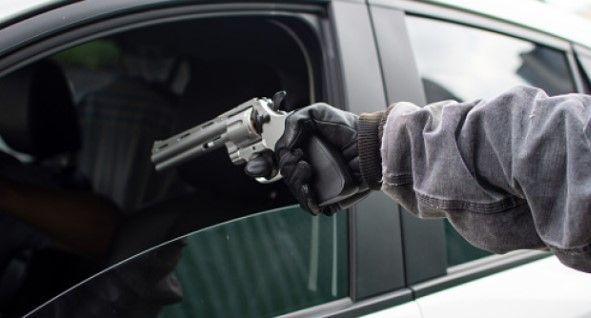 Amenaza de arma de fuego desde el exterior de un vehiculo